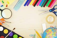Fournitures scolaires sur un bureau en bois Photographie stock libre de droits