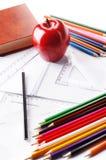 Fournitures scolaires sur un fond blanc avec une pomme Photo libre de droits