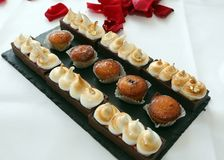 Fours deliciosos dos petits com a galdéria da merengue e do chocolate Fotos de Stock