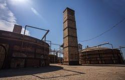 Fours ronds dans un site de yard d'usine d'immeuble de brique Photographie stock libre de droits