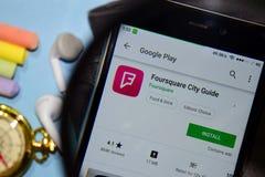 Foursquare Stadsgids dev app met het overdrijven op Smartphone-het scherm royalty-vrije stock afbeelding