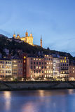 Fourviere-Kathedrale, die das soane in Lyon-Stadt nachts übersieht Stockbild