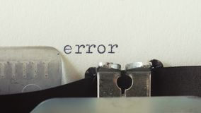 Fout - op een oude uitstekende schrijfmachine wordt getypt die stock footage
