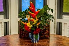 Fowers en florero azul Foto de archivo libre de regalías