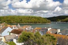 FOWEY, CORNOVAGLIA, REGNO UNITO: Vista della baia con i tetti nella priorità alta Immagini Stock