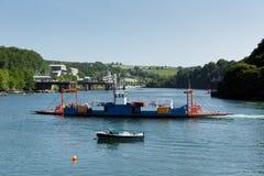 Fowey för Bodinnick bilfärja korsning flod Cornwall royaltyfri fotografi