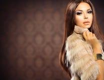 Fox皮大衣的女孩 免版税库存图片
