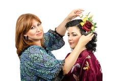 Fox цвета парикмахер кладя розы и бабочку в ее волосы стоковые изображения rf
