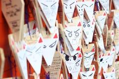 Fox kształtował życzyć plakiety przy Fushimi Inari Taisha, Kyoto, Japonia obraz royalty free
