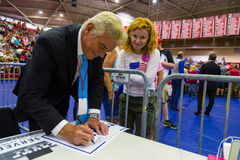 Fox News John Roberts Gives Autograph aan Troefverdediger Royalty-vrije Stock Foto's