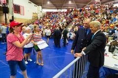 Fox News John Roberts Gives Autograph al sostenitore di Trump Fotografia Stock