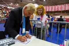 Fox News John Roberts Gives Autograph ao suporte do trunfo Fotos de Stock Royalty Free