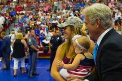 Fox News John Roberts Poses con il bambino e la madre Fotografia Stock