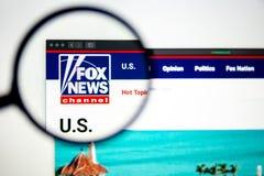 Fox News Skierowywa logo widocznego przez powiększać - szkło fotografia stock