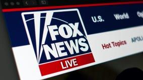Fox News-Websitehomepage Schlie?en Sie oben vom Fox News-Kanallogo stock footage