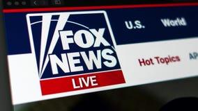 Fox News-Websitehomepage Schlie?en Sie oben vom Fox News-Kanallogo stock video