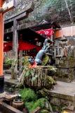 Fox que sostiene un agua de entrega de bambú imágenes de archivo libres de regalías