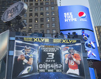 Fox-Sport übertrug Satz auf Times Square mit der Uhr, die Zeit bis Match des Super Bowl XLVIII in Manhattan zählt lizenzfreie stockfotografie