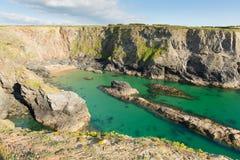 Fox zatoczka na Cornwall wybrzeżu między Treyarnon i Porthcothan z jasnym turkusowego błękita morzem fotografia stock