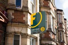 Foxtons pośrednik w handlu nieruchomościami znak na zewnątrz rzędu wiktoriański tarasujący domy Obrazy Royalty Free