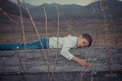 Foyer asiatique effrayé et seul, jeune d'enfant qui est à haut risque de l'intimidation, trafiqué et maltraité, sélectif images libres de droits