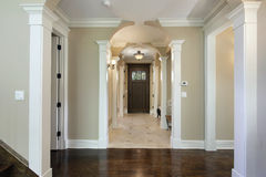 Foyer avec l'entrée arquée photos stock