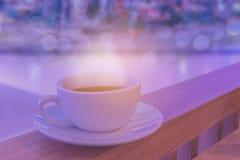 Foyer brouillé et mou de doux abstrait par tasse de cappuccino, café chaud avec le bokeh, lumière de faisceau, fond de ton d'effe Photo stock