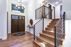 Foyer chic d'entrée avec les murs à haut plafond et blancs photos stock