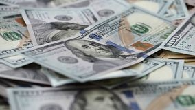 Foyer déplaçant le long des USA cent billets d'un dollar dans la pile de l'argent énorme banque de vidéos