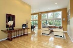 Foyer, das Wohnzimmer untersucht Lizenzfreie Stockbilder