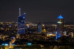 Foyer de ville de Lyon sur le district des affaires Pardieu par nuit par jour de pleine lune Image stock
