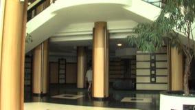 Foyer des Hauptgebäudes des komplexen Wohnsmaragds im Dorf von Ravda, Bulgarien stock footage