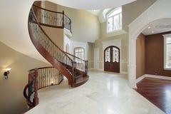 Foyer et escalier dans la maison de luxe photo stock