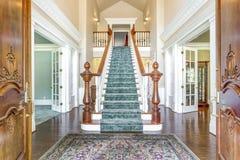 Foyer grand de deux histoires avec l'escalier élégant photographie stock