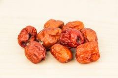 Foyer haut et sélectif de fin les dates rouges chinoises sèches au premier plan Photographie stock libre de droits
