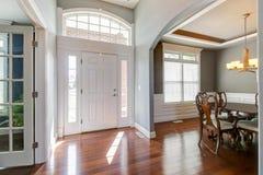 Foyer lumineux avec la vue de la salle à manger et du salon photo libre de droits