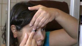 Foyer médical de prothèse en verre de globe oculaire banque de vidéos