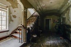Foyer mit aufwändigem Treppenhaus - verlassene Villa Stockbild