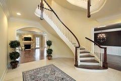 Foyer mit gebogenem Treppenhaus Stockbilder