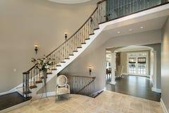 Foyer mit gebogenem Treppenhaus Stockbild