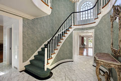 Foyer mit grünen Treppen Lizenzfreie Stockfotografie