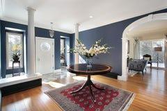 Foyer mit weißen Spalten lizenzfreies stockbild