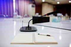 Foyer sélectif aux microphones sans fil de conférence image stock