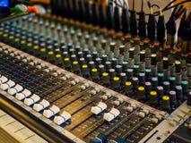 Foyer sélectif de panneau de commande de mélangeur de musique d'enregistrement sonore photographie stock libre de droits