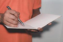 Foyer sélectif en main écrivant avec le stylo, carnet photo libre de droits