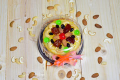 Foyer sélectif, gâteau de beurre sur le bois Photos stock