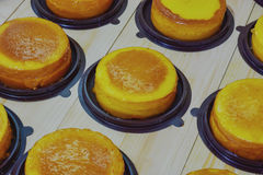 Foyer sélectif, gâteau de beurre sur le bois Photographie stock libre de droits
