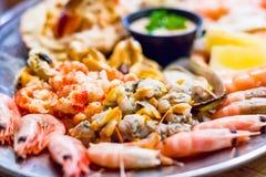 Foyer sélectif, plateau de fruits de mer d'un restaurant local dans Southwold image stock