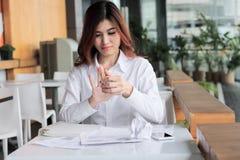 Foyer sélectif sur des mains de papier chiffonné jeune par participation épuisé des employés d'inquiétude asiatique et d'effort d image libre de droits