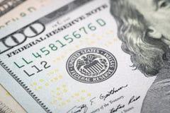 Foyer sélectif sur l'emblème de Réserve fédérale américaine sur cent dollars images stock